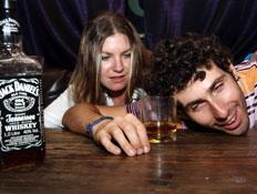 זוג שיכור בבר